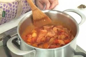 【料理サプリ】井上かなえ料理ブロガーえびとベーコンのトマトクリームシチューレシピ